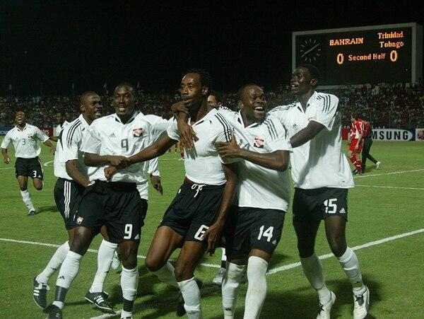 Los trinitenses felices por el pase al Mundial en 2005. Aquí felicitan a Dennis Lawrence (6), tras anotar el gol de la clasificación contra Bahréin. | AFP