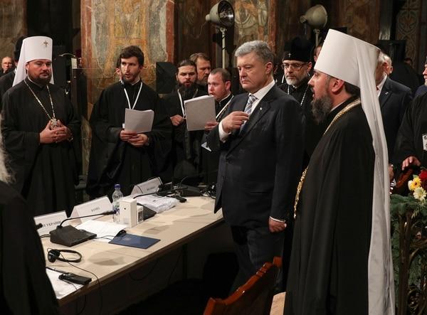 El presidente Petro Poroshenko(con corbata) participó en una oración con el nuevo jefe de la Iglesia ortodoxa ucraniana, Epifanio (derecha), el sábado 15 de diciembre del 2018 en la catedral de Santa Sofía en Kiev.
