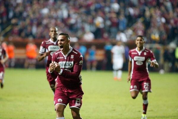 El volante de contención David Guzmán celebra con euforia el golazo que le marcó de tiro libre a Alajuelense. El saprissista fue uno de los puntos altos de su club para que consiguiera la victoria ante su archirrival, anoche. | ADRIÁN SOTO