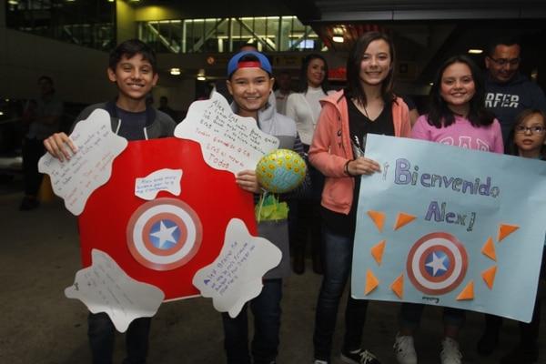 Compañeros de Dani León de la Escuela Tricolor Bilingüe de San Rafael de Moravia elaboraron coloridos carteles para darle la bienvenida. Foto: Gesline Anrango