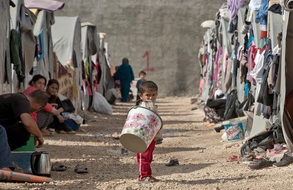 Kurdos sirios, obligados a escapar por la ofensiva de los yihadistas, viven ahora en un campo de refugiados en Suruc, próximo a la frontera entre Siria y Turquía. | AP
