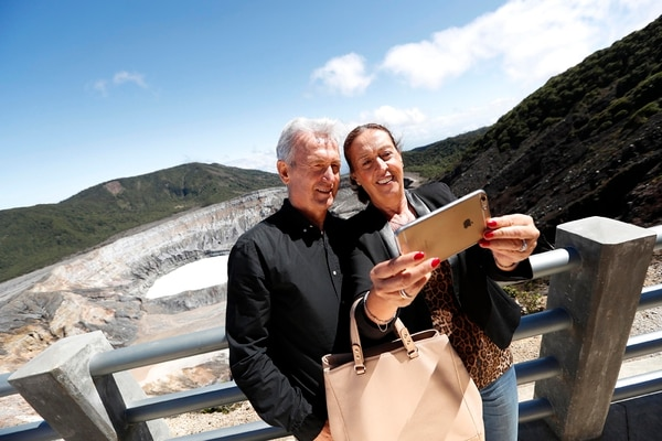 Benito Floro y su esposa, Flora, posan para un selfie durante una visita al volcán Poás.   FOTO: LUIS NAVARRO