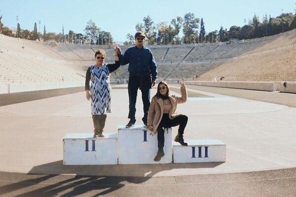 La tica Silvia Acuña Paniagua con sus padres, Carlos Acuña Sánchez y Ana María Paniagua Hernández, en Atenas, Grecia.