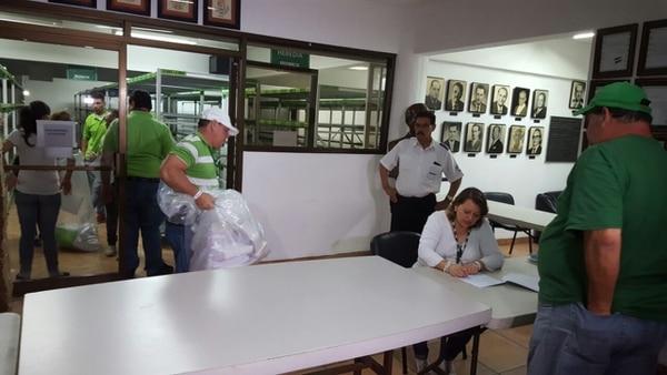 Primeras papeletas de votación que llegan al Balcón Verde desde las escuelas de Cristo Rey y La Uruca