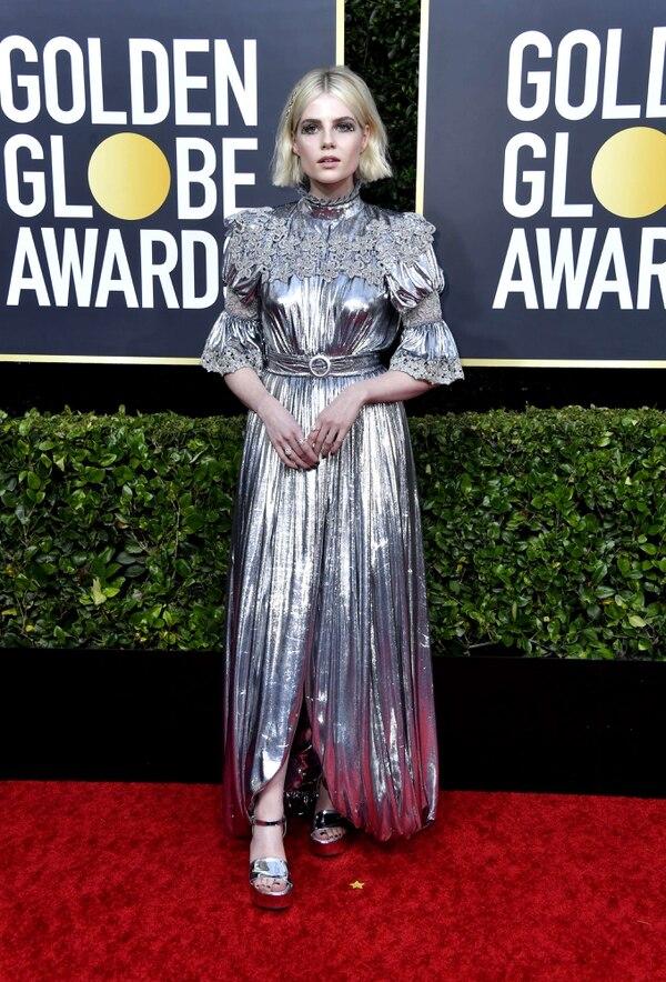 Lucy Boynton, actriz de 'The Politician' y 'Bohemian Rhapsody', con su look futurista en los Globos de Oro 2020. Fotografía: Frazer Harrison/AFP.
