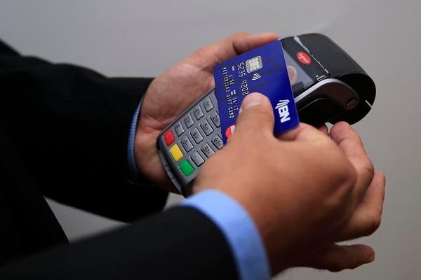 Algunas de las tarjetas de crédito emitidas por bancos públicos y cooperativas tienen los intereses más bajos del país, según el MEIC. Imagen con fines ilustrativos: La Nación.