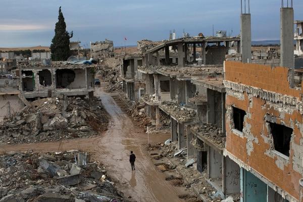 Ambas fotografías muestran lugares afectados por los combates que se llevaron a cabo en Kobane, Siria, el año pasado. Once meses después de los ataques aéreos de la coalición internacional y combatientes kurdos, que repelieron una invasión del grupo Estado Islámico, los residentes de Kobane luchan ahora con las pérdidas, los servicios fallidos y la destrucción generalizada. | TYLER HICKS/THE NEW YORK TIMES