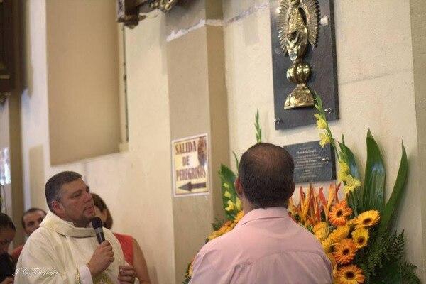 El sacerdote José Francisco Arias Salguero coordina el recibimiento a los peregrinos en la basílica de Cartago, desde hace tres años.