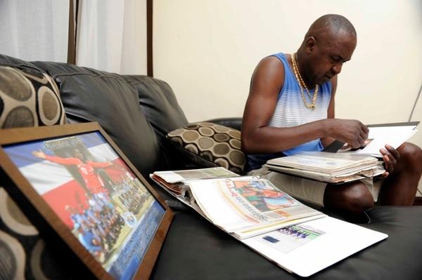 Humberto Campbell repasó álbumes de recortes y fotos de su hijo. | DIANA MÉNDEZ