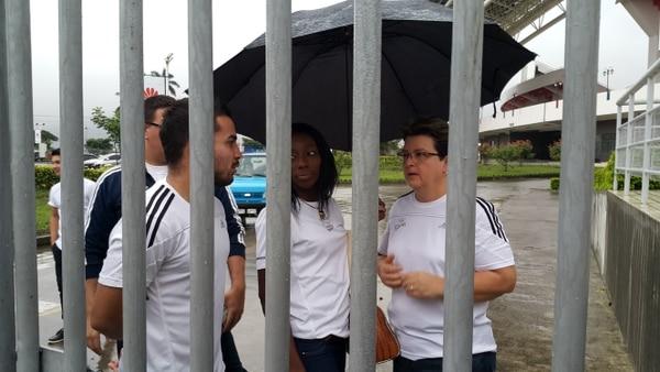 El boxeador Jason Ramírez, la atleta Sharolyn Scott y la bolichista Marie Ramírez temían que si salían, la seguridad no los dejaría ingresar de nuevo al Estadio Nacional.