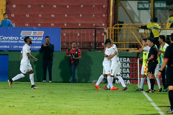 En Alajuelense no encuentran palabras para explicar cómo es que después de ir ganando 3-0, Cartaginés les empata 3-3. Foto: Mayela López