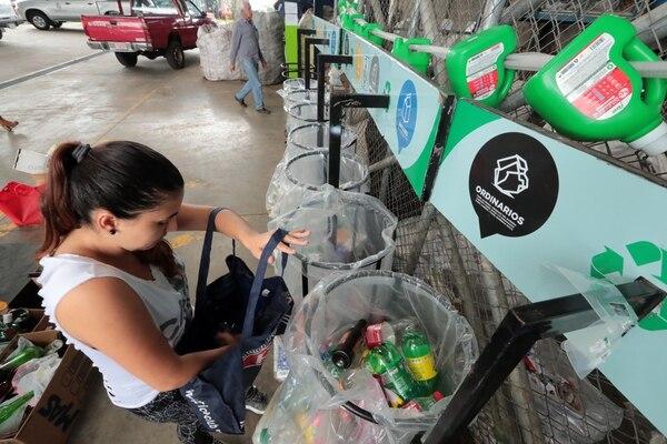 Jennifer Rodríguez coloca los residuos en las estaciones de reciclaje habilitadas, según el tipo de material. Foto: Alonso Tenorio