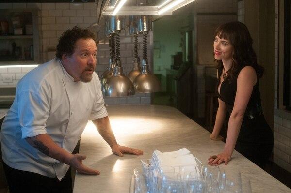 Jon Favreau, actor, director y productor nos da una comedia feliz en cine, de agradable entretenimiento, con el apoyo de la actriz Scarlett Johansson. Foto: Cortesía de Videomark