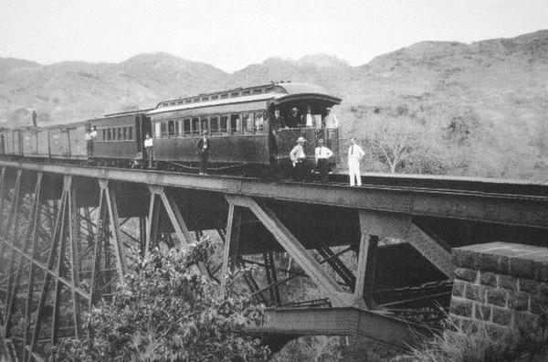 Imagen de la época, tomada en los rieles del ferrocarril al Atlántico.