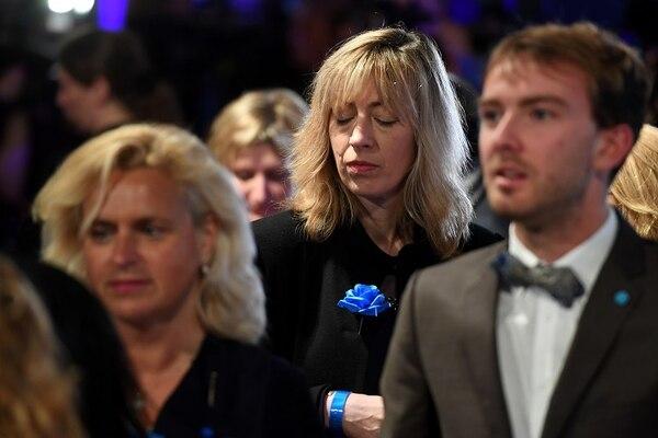 Simpatizantes de Marine Le Pen expresaban el domingo, en París, su desilusión al conocer los resutados de la segunda vuelta de las elecciones presidenciales.