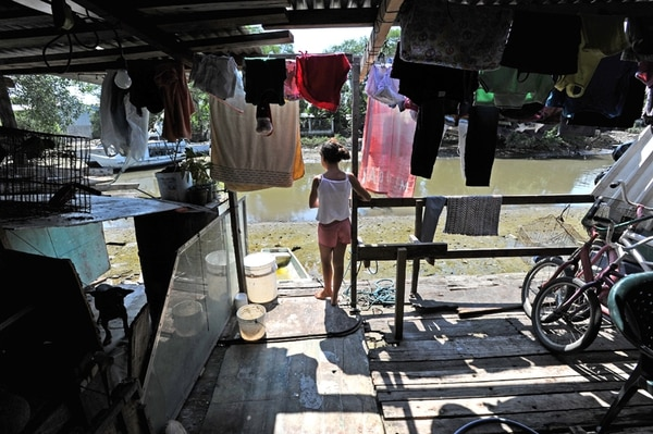 La Región Pacífico Central es la tercera con mayor pobreza en el país. En barrio Santa Eduviges de Puntarenas esta casa se levanta a orillas del estero; en invierno sus habitantes sufren por las inundaciones. | ALBERT MARÍN