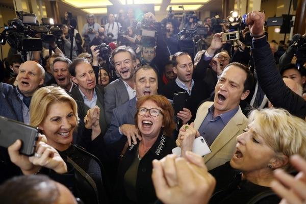 Simpatizantes de Francois Fillon festejaban el domingo, en París, los resultados de las elecciones primarias de la derecha, que favorecian ampliamente a su precandidato.