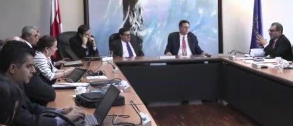 En esta reunión, en febrero, se gestó el acuerdo firmado por Román Macaya con los sindicatos para mantener el pago de pluses en forma porcentual, contrario a lo que dicta la ley de reforma fiscal. Foto: Sinae