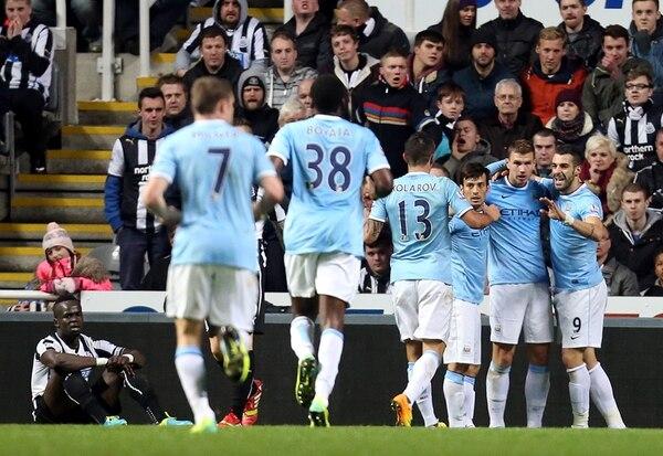 Los jugadores del City celebran el gol de Edin Dzeko que liquidó el partido ante Newcastle. | AP