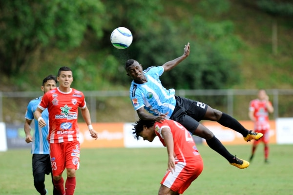 El jugador de la UCR Dario Bustos recibe la falta del guapileño Kenneth Dixon el pasado domingo.