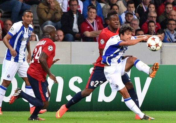 A sus 17 años, el portugués Ruben Neves (con el balón), volante de llegada del Oporto luso, es la nueva joya del fútbol europeo.