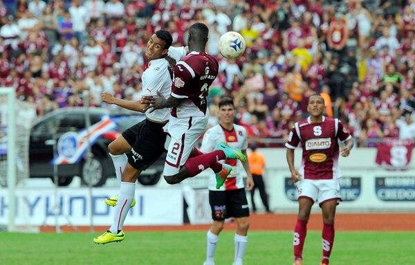 Jordan Smith (2) disputa el balón con el manudo Osvaldo Rodríguez. Fue un partido de poco peligro en las jugadas a balón parado. | ALONSO TENORIO