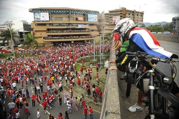 La Fuente de la Hispanidad fue como de costumbre el centro de reunión para que los costarricenses dieran rienda suelta a sus emociones tras el triunfo de la Selección ante los uruguayos ayer.   EYLEEN VARGAS