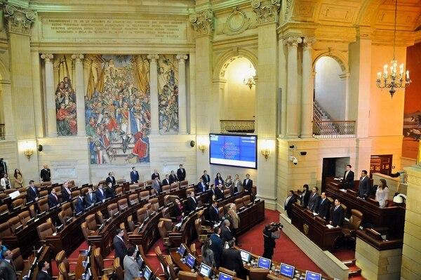 El Congreso de Colombia alcanzó este miércoles, sin el apoyo de la oposición, un acuerdo de paz entre el gobierno y las FARC que da inicio al desarme de la guerrilla y su paso a la política.
