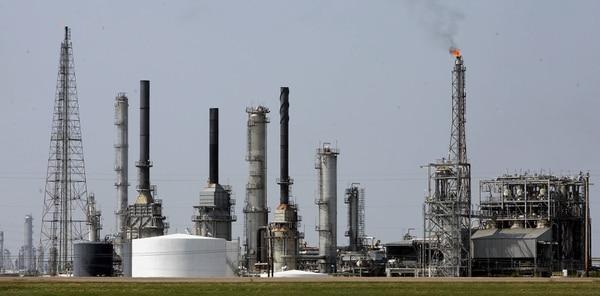Refinería de petróleo en Galveston Bay, Texas. En julio las exportaciones de petróleo y derivados de EE.UU. alcanzaron $12.500 millones.
