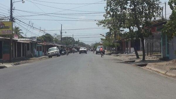 Al mediodía de este domingo, los vecinosde los Almendros en Barranca comentaban el homicidio en corrillos, pero ninguno quiso referirse al asunto en cámaras.
