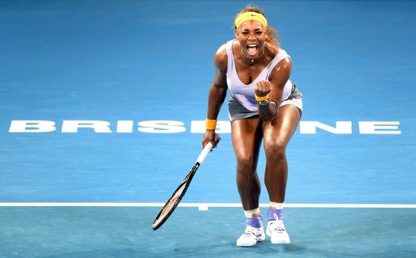 La estadounidense Serena Williams celebra su victoria de este viernes en las semifinales del Torneo de Brisbane, Australia, ante la rusa Maria Sharapova.