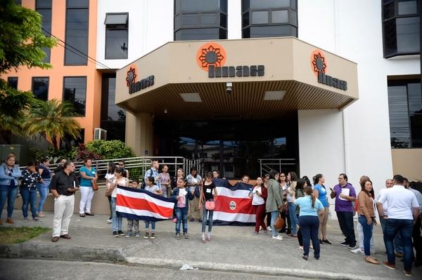 La mañana del jueves 3 de enero, un grupo de padres y funcionarios de la red de cuido infantil se manifestó frente al IMAS, en San José. Fotos: Diana Méndez