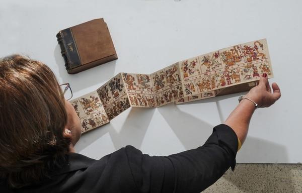 Adeline Jara, encargada de la biblioteca del Museo Nacional, mostró un manuscrito hecho con piel de venado. Este libro es de la época prehispánica y habla sobre la cultura de los pueblos mexicano y centroamericano. Foto: Jorge Castillo.