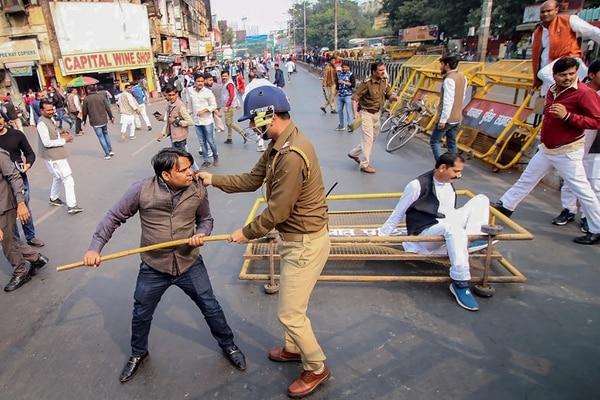 Un miembro del Partido Samajwadi fue detenido por la Policía, este sábado 7 de diciembre del 2019 en Lucknow, estado de Uttar Pradesh, mientras protestaba por la quema de una mujerque había denunciado su violación.