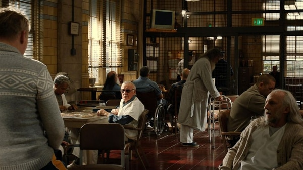 Otro cameo que es un chiste local: Stan Lee interpreta a un paciente de un hospital psiquiátrico en