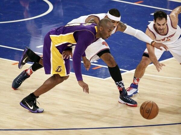 Kobe Bryant jugó el domingo ante Carmelo Anthony, quien lo marca, durante el partido que perdieron los Lakers ante los Knicks.