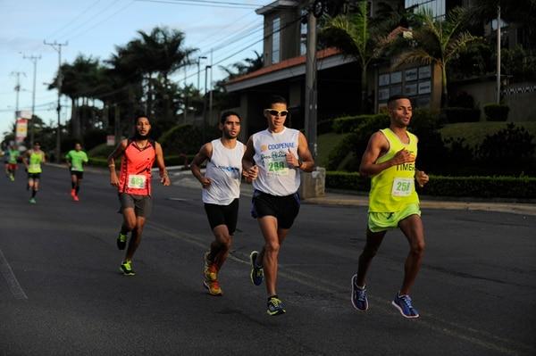 Yasser Reyes (288) fue el ganador de la primera edición de la Carrera Herbalife, que convocó ayer a 800 competidores.   JEANNINE CORDERO