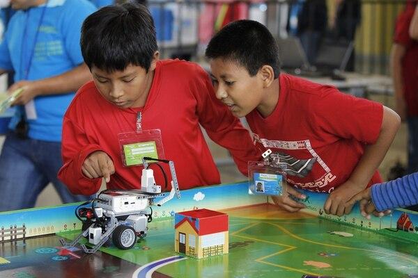 Niños mexicanos de todo el país participaron ayer viernes del primer día del Robotix Faire, la exposición de robótica más grande de México