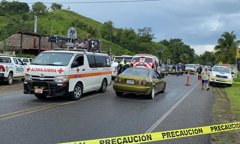 Los ocupantes del Honda Civic, color verde claro, fueron baleados a pleno día  este 30 de junio en Herradura, Garabito. El varón falleció en el sitio y  su madre se recupera de un balazo en la pierna. Foto: Andrés Garita.