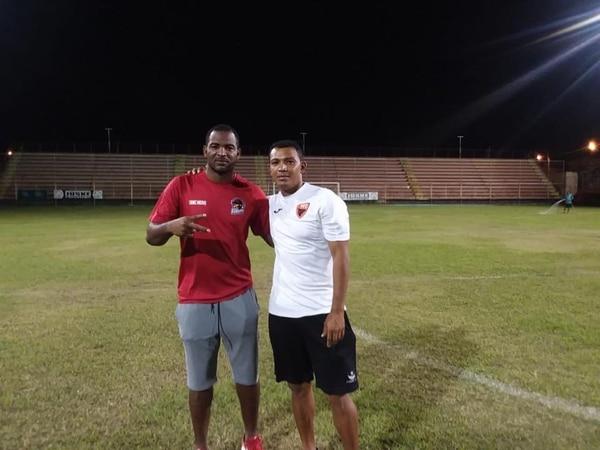 Roberto Wong (derecha) tomará las riendas del Puntarenas FC para el Torneo de Clausura de la Liga de Ascenso, que arranca este fin de semana. A su lado el arquero beliceño Shane Orio. Cortesía: Roberto Wong