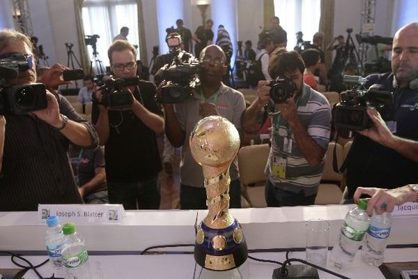 Este el trofeo que se dejará el ganador de la Copa Confederaciones de Brasil. / AFP