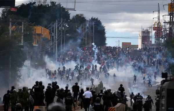 Soldados y policías lanzaron gases lacrimógenos contra opositores que se manifestaron en Tegucigalpa, el 27 de enero del 2018, cuando Juan Orlando Hernández asumió su segundo periodo presidencial.