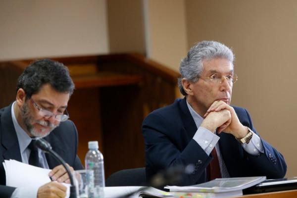 Laureano Castro (izquierda) es el abogado defensor del exministro Roberto Dobles, contra quien este lunes el Ministerio Público pidió 12 años de cárcel.