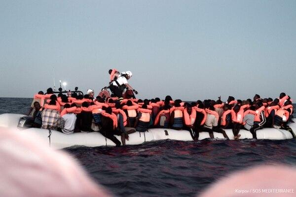 Foto tomada en la zona de búsqueda y rescate en el mar Mediterráneo el 9 de junio de 2018 y distribuida el 11 de junio por la ONG SOS Mediterranee. Muestra que los inmigrantes fueron rescatados antes de abordar el barco de la ONG francesa Aquarius.