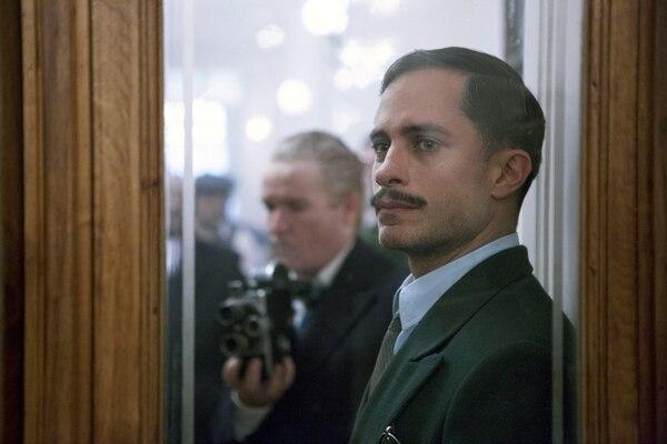 Gabriel García Bernal es un policía resentido en 'Neruda'. Su personaje persigue al poeta.