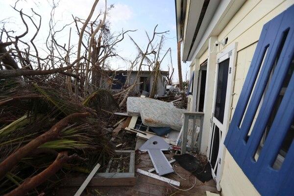 Una casa dañada por el huracán Dorian está rodeada de escombros en Eastern Shores, a las afueras de Marsh Harbour, Abaco Island, Bahamas, el sábado 7 de setiembre del 2019. Foto: AP