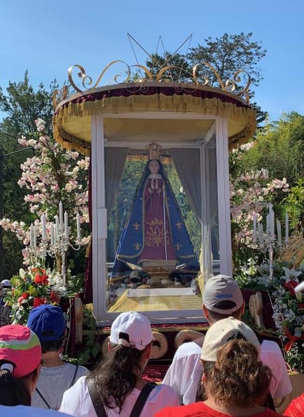 El peregrinaje salió de la iglesia de Paraíso y llegó a las ruinas de Nuestra Señora de Ujarrás. Fotografias: tomadas del Facebook de Santuario de Nuestra señora de Ujarrás.
