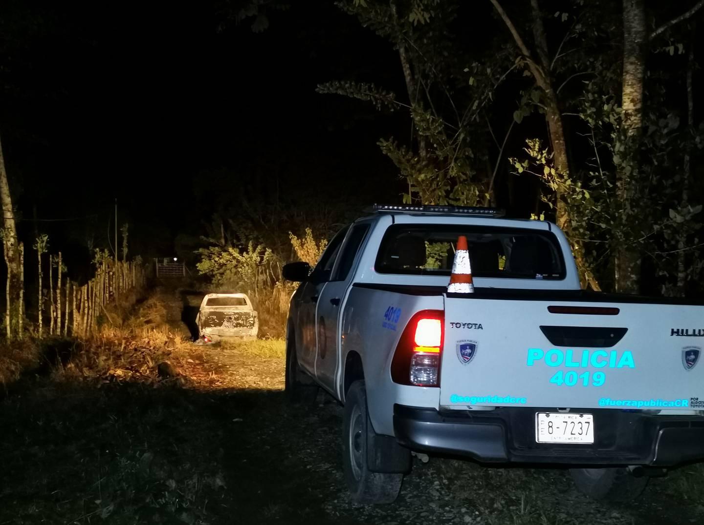 En una calle sin salida de una finca privada vecinos reportaron una explosión e incendio de un Toyota Hilux en el que se presume escaparon inicialmente los hampones. Foto: Reiner Montero.