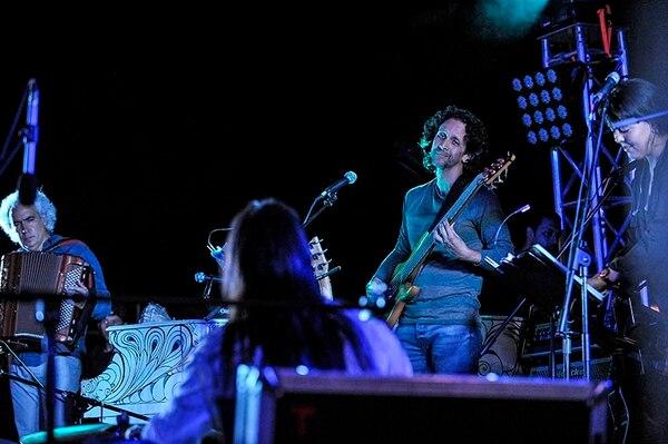Los músicos de Mal País fueron recibidos en el escenario por el alcalde del cantón de Mora, Gilberto Monge.