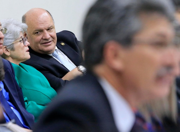 Rodolfo Piza en una sesión de la comisión fiscal. Al frente, el diputado Welmer Ramos. Foto: Rafael Pacheco